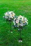 Le bouquet de fleurs assurent la décoration dans le restaurant Image libre de droits