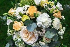 Le bouquet de fleurs assurent la décoration dans le restaurant Photos stock