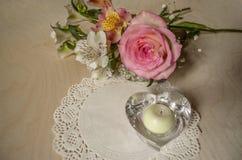 Le bouquet de jaune-rose s'est levé avec des Alstroemerias, chandelier en cristal Image stock