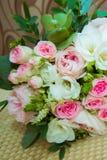 Le bouquet de la belle jeune mariée des roses roses et des fleurs blanches le jour du mariage photos libres de droits