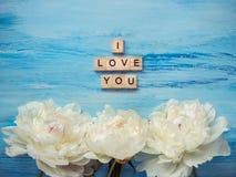 Le bouquet de la floraison, les pivoines blanches et le mot AIMENT Photographie stock libre de droits