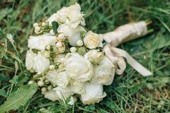 Le bouquet de la jeune mariée à un mariage photographie stock libre de droits
