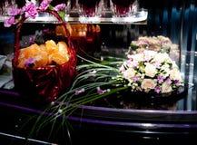 Le bouquet de la jeune mariée Corbeille de fruits Photographie stock