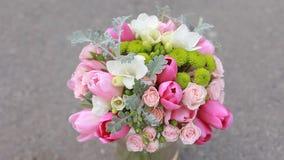Le bouquet de la jeune mariée sur le fond gris banque de vidéos