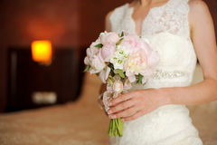 Le bouquet de la jeune mari?e des pivoines roses images libres de droits