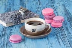 Le bouquet de la lavande sèche fleurit avec la tasse de café sur le CCB bleu image stock
