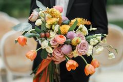Le bouquet de main de marié des fleurs fraîches en gros plan Images libres de droits