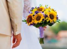 le bouquet de mariage du bouquet de la jeune mariée dans les couleurs jaune-violettes Photos stock