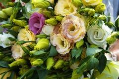Le bouquet de mariage de la jeune mariée se trouve sur le plancher en pierre Photo stock