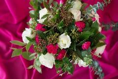 Le bouquet de mariage s'est levé sur le fond rose de tissu de tissu Style baroque Photographie stock