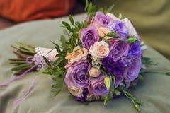Le bouquet de mariage sur un coussin vert, bouquet de jeune mariée de s'est levé c images libres de droits