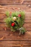 Le bouquet de Noël de la branche d'arbre de sapin avec des boules de Noël courtisent dessus Photo stock