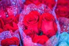 Le bouquet de roses fraîches avec de l'eau se laisse tomber en vente à la marque de fleur Photographie stock