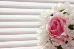 Le bouquet des chrysanthèmes blancs et un se sont levés sur un fond blanc Vacances et concept d'amour Saint-Valentin, le 8 mars e photos stock