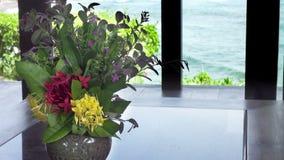 Le bouquet des coûts de fleurs à une fenêtre de maison sur le bord de la mer clips vidéos