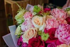 Le bouquet des fleurs de l'anémone s'est levé narcisse d'eucalyptus de tulipe de mattiola de Ranunculus pour un mariage ou des va images libres de droits
