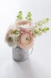 Le bouquet des fleurs peut dedans Photographie stock