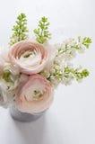 Le bouquet des fleurs peut dedans Image stock