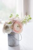 Le bouquet des fleurs peut dedans Image libre de droits