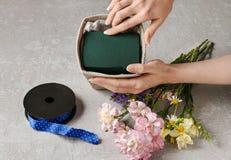Le bouquet des oeillets et du freesia fleurit dans une boîte - cours Photo stock
