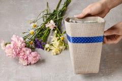 Le bouquet des oeillets et du freesia fleurit dans une boîte - cours Images stock