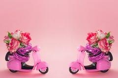 Le bouquet des roses fleurissent dans le panier sur la banquette arrière du scooter rose mignon sur le fond rose image stock