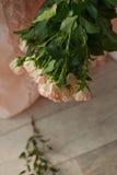 Le bouquet des roses roses sensibles de jet sur un fond de dentelle rose s'habille Image libre de droits