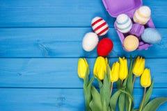 Le bouquet des tulipes et des oeufs de pâques frais a enveloppé la ficelle de laine, la décoration de Pâques, l'espace de copie p Photographie stock