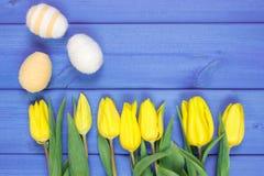 Le bouquet des tulipes et des oeufs de pâques frais a enveloppé la ficelle de laine, la décoration de Pâques, l'espace de copie p Photos stock