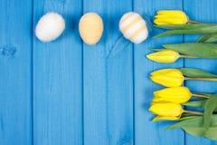 Le bouquet des tulipes et des oeufs de pâques frais a enveloppé la ficelle de laine, la décoration de Pâques, l'espace de copie p Photo libre de droits