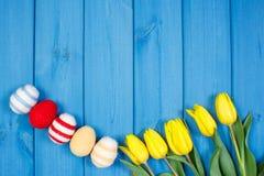Le bouquet des tulipes et des oeufs de pâques frais a enveloppé la ficelle de laine, la décoration de Pâques, l'espace de copie p Images libres de droits