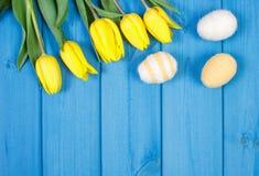 Le bouquet des tulipes et des oeufs de pâques frais a enveloppé la ficelle de laine, la décoration de Pâques, l'espace de copie p Photographie stock libre de droits