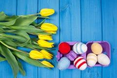 Le bouquet des tulipes et des oeufs de pâques frais a enveloppé la ficelle de laine, la décoration de Pâques, l'espace de copie p Images stock