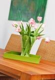 Le bouquet des tulipes roses fleurit dans le vase en verre photographie stock