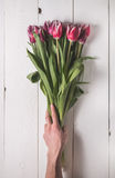 Le bouquet des tulipes sur les conseils blancs pour les vacances Photos stock