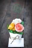 Le bouquet du papier s'est levé dans le vase, style de vintage Photographie stock libre de droits