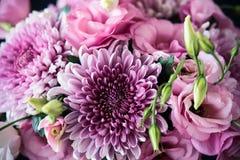 Le bouquet du rose fleurit le plan rapproché, l'eustoma et le chrysanthème Photo stock