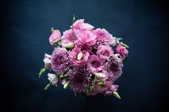 Le bouquet du rose fleurit le plan rapproché sur le fond noir Images libres de droits