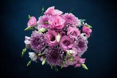 Le bouquet du rose fleurit le plan rapproché sur le fond noir Photos libres de droits