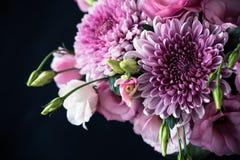 Le bouquet du rose fleurit le plan rapproché sur le fond noir Photographie stock