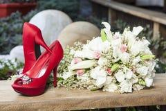 Le bouquet et la jeune mariée de chaussures pour épouser Photos stock
