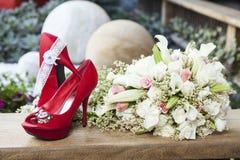 Le bouquet et la jeune mariée de chaussures pour épouser Photographie stock