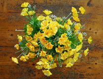 Le bouquet jaune sur la table Photo stock