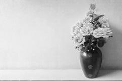 Le bouquet monochrome des fleurs dégagent le fond concret Photographie stock libre de droits