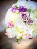 Le bouquet nuptiale avec les roses blanches et roses image libre de droits