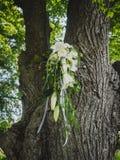 Le bouquet nuptiale avec les roses blanches et la calla photographie stock libre de droits