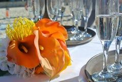 Le bouquet nuptiale est sur la table de banquet Photos stock