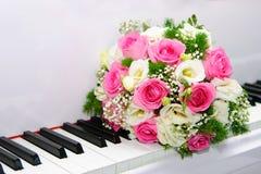 Le bouquet nuptiale se trouve sur des clés de piano photographie stock