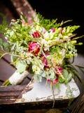 Le bouquet nuptiale sur le bateau photos stock