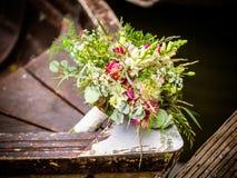 Le bouquet nuptiale sur le bateau photo stock
